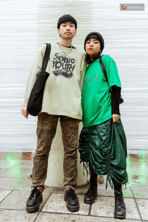Street style giới trẻ tại The New District Hà Nội: Ai cũng quẩy đồ ngầu lòi lăng xê áo phao, áo nỉ, mặc càng ấm lại càng chất! - Ảnh 7.
