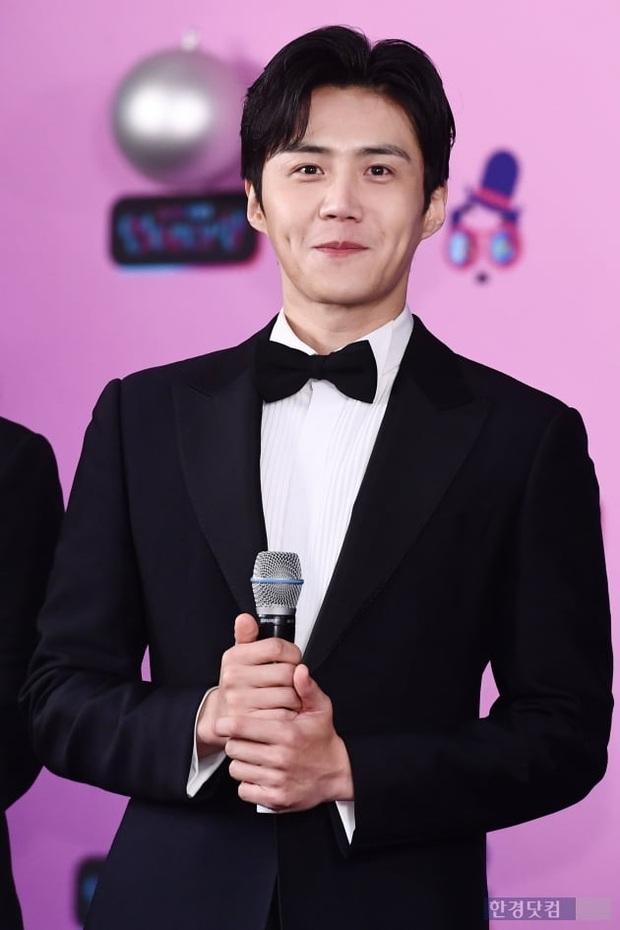 Thảm đỏ KBS Entertainment Awards: Yoo Jae Suk lộ diện hậu bê bối, mỹ nhân Vườn sao băng lấn át Apink và quân đoàn sao - Ảnh 24.