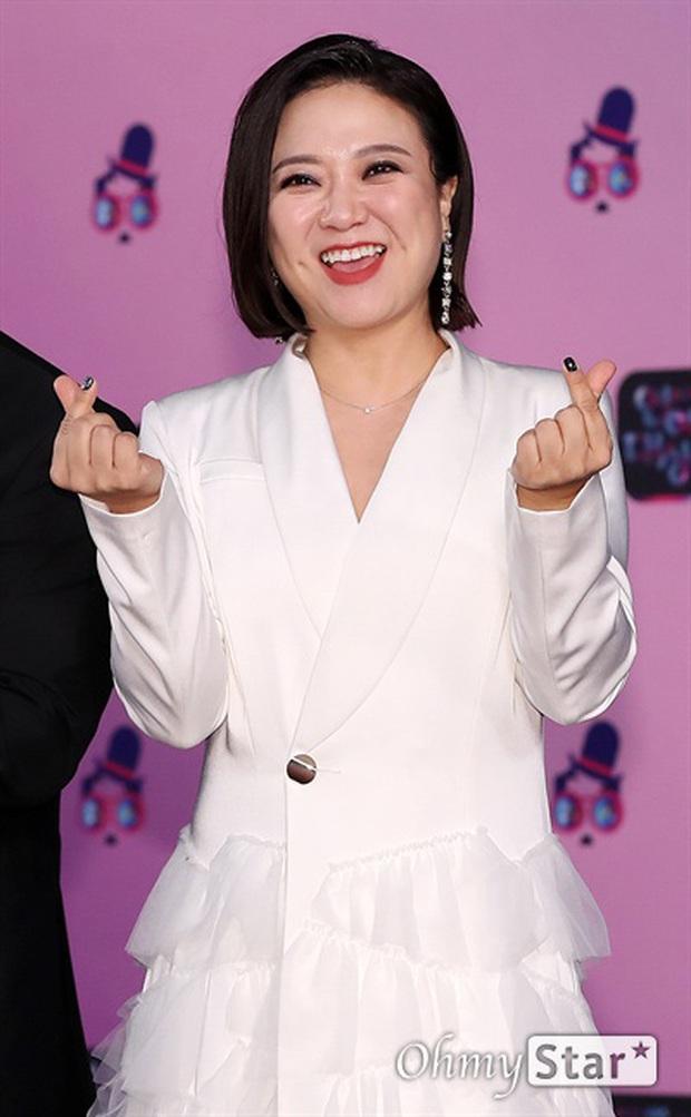 Thảm đỏ KBS Entertainment Awards: Yoo Jae Suk lộ diện hậu bê bối, mỹ nhân Vườn sao băng lấn át Apink và quân đoàn sao - Ảnh 26.