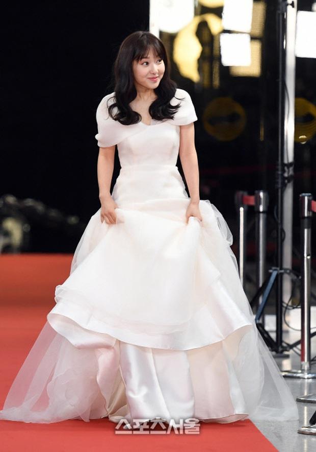 Thảm đỏ KBS Entertainment Awards: Yoo Jae Suk lộ diện hậu bê bối, mỹ nhân Vườn sao băng lấn át Apink và quân đoàn sao - Ảnh 27.
