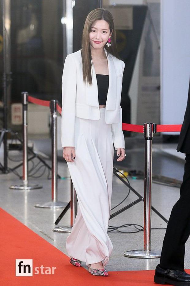 Thảm đỏ KBS Entertainment Awards: Yoo Jae Suk lộ diện hậu bê bối, mỹ nhân Vườn sao băng lấn át Apink và quân đoàn sao - Ảnh 28.