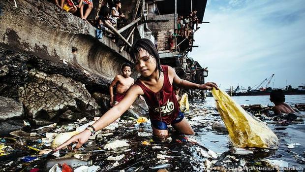 """""""Cô bé nhặt rác thải nhựa"""" đoạt giải bức ảnh năm 2019 của UNICEF  - Ảnh 1."""