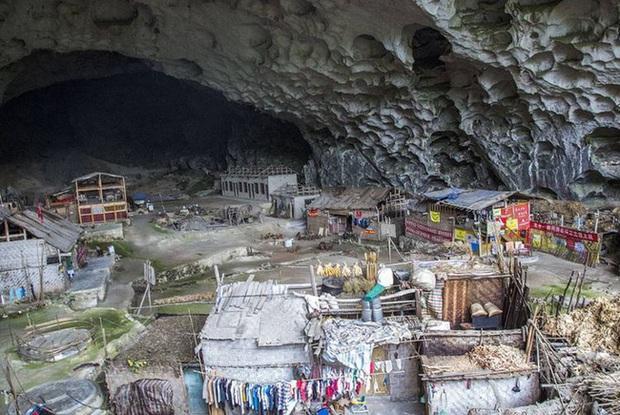 Ngôi làng đặc biệt của Trung Quốc: Khép kín hoàn toàn trong một hang động khổng lồ, chứa một trường học và khu du lịch sinh thái - Ảnh 1.