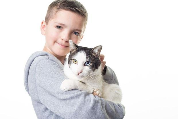 Cùng màu mắt và khuyết tật ở miệng, số phận an bài cậu bé đáng thương và chú mèo hoang trở thành tri kỷ - Ảnh 6.