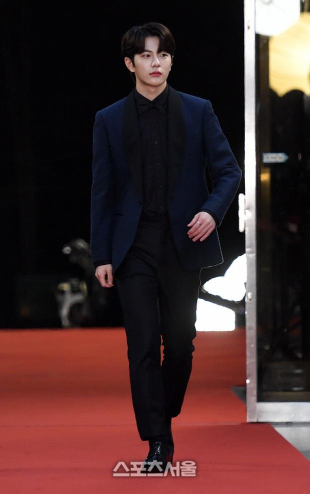 Thảm đỏ KBS Entertainment Awards: Yoo Jae Suk lộ diện hậu bê bối, mỹ nhân Vườn sao băng lấn át Apink và quân đoàn sao - Ảnh 17.