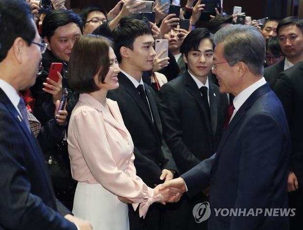 Dàn sao Hàn hiếm hoi dự sự kiện bên Tổng thống: Song Song và Yoona - Suzy mê hồn dù giản dị, BTS đúng là khác biệt! - Ảnh 23.
