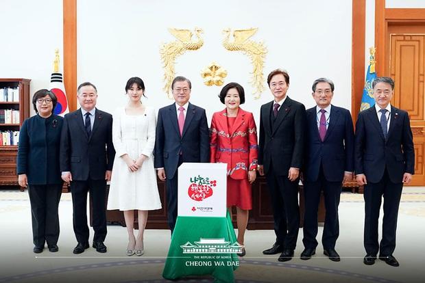 Dàn sao Hàn hiếm hoi dự sự kiện bên Tổng thống: Song Song và Yoona - Suzy mê hồn dù giản dị, BTS đúng là khác biệt! - Ảnh 17.