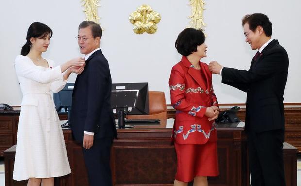 Dàn sao Hàn hiếm hoi dự sự kiện bên Tổng thống: Song Song và Yoona - Suzy mê hồn dù giản dị, BTS đúng là khác biệt! - Ảnh 18.
