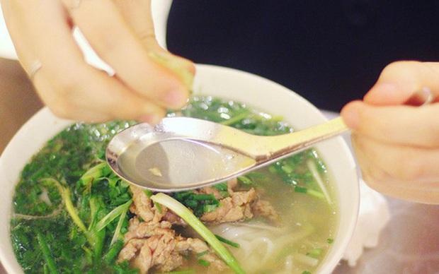 Dân tình đứng hình 5s trước cách ăn phở của người Hàn: cho nguyên… miếng chanh chưa vắt vào bát, vẫn ăn ngon lành! - Ảnh 8.