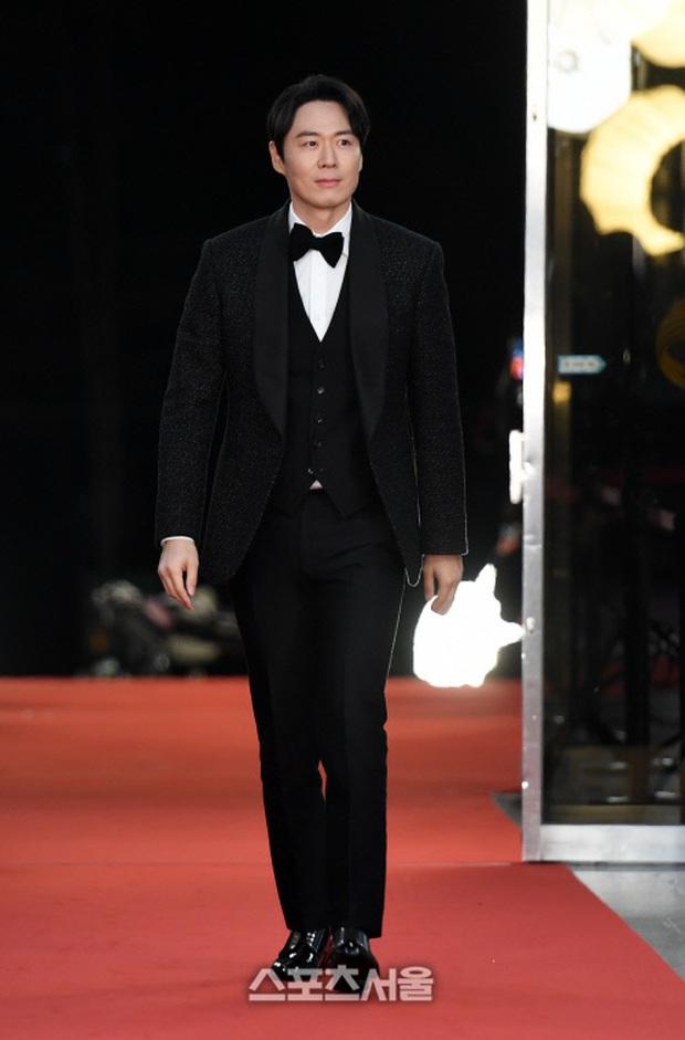 Thảm đỏ KBS Entertainment Awards: Yoo Jae Suk lộ diện hậu bê bối, mỹ nhân Vườn sao băng lấn át Apink và quân đoàn sao - Ảnh 33.