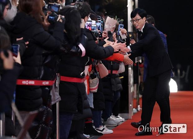 Thảm đỏ KBS Entertainment Awards: Yoo Jae Suk lộ diện hậu bê bối, mỹ nhân Vườn sao băng lấn át Apink và quân đoàn sao - Ảnh 1.