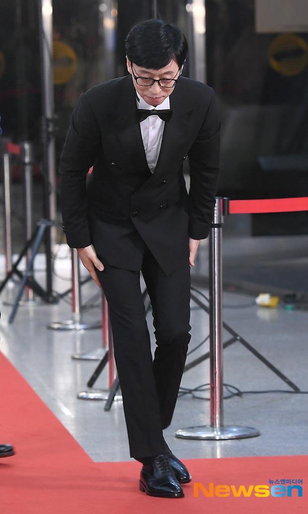 Thảm đỏ KBS Entertainment Awards: Yoo Jae Suk lộ diện hậu bê bối, mỹ nhân Vườn sao băng lấn át Apink và quân đoàn sao - Ảnh 2.