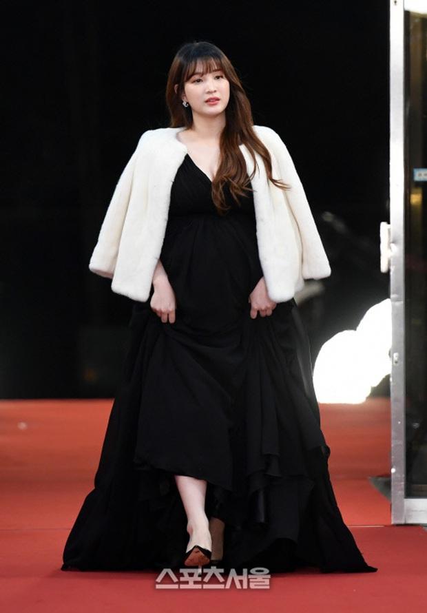 Thảm đỏ KBS Entertainment Awards: Yoo Jae Suk lộ diện hậu bê bối, mỹ nhân Vườn sao băng lấn át Apink và quân đoàn sao - Ảnh 35.
