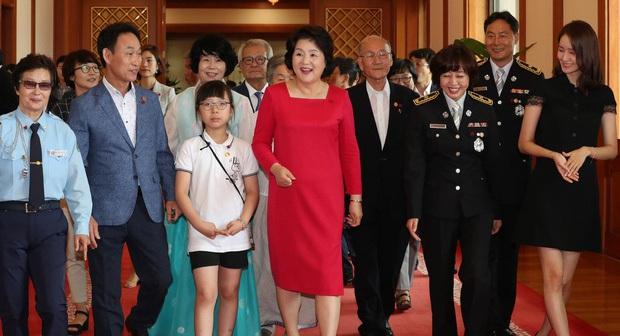 Dàn sao Hàn hiếm hoi dự sự kiện bên Tổng thống: Song Song và Yoona - Suzy mê hồn dù giản dị, BTS đúng là khác biệt! - Ảnh 7.