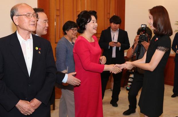 Dàn sao Hàn hiếm hoi dự sự kiện bên Tổng thống: Song Song và Yoona - Suzy mê hồn dù giản dị, BTS đúng là khác biệt! - Ảnh 8.