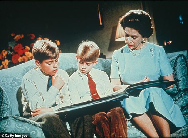 Loạt ảnh hiếm về những khoảnh khắc đón Giáng sinh vui vẻ trong quá khứ của Hoàng gia Anh suốt nhiều thập kỷ khiến dân mạng bồi hồi - Ảnh 5.