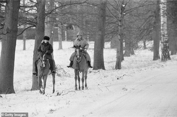 Loạt ảnh hiếm về những khoảnh khắc đón Giáng sinh vui vẻ trong quá khứ của Hoàng gia Anh suốt nhiều thập kỷ khiến dân mạng bồi hồi - Ảnh 6.