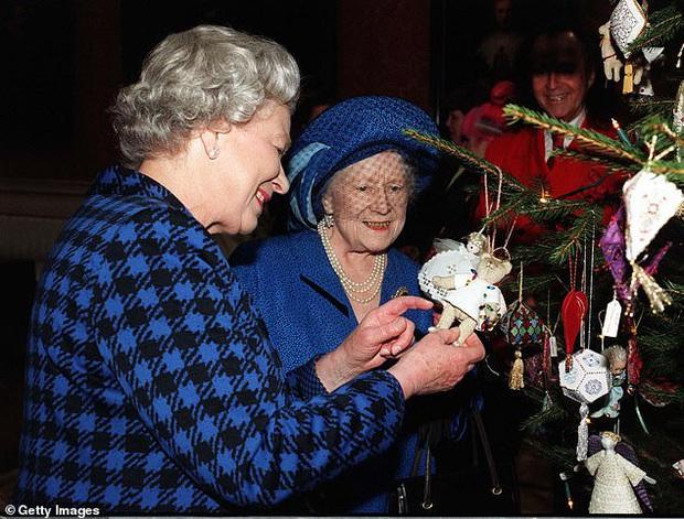 Loạt ảnh hiếm về những khoảnh khắc đón Giáng sinh vui vẻ trong quá khứ của Hoàng gia Anh suốt nhiều thập kỷ khiến dân mạng bồi hồi - Ảnh 14.