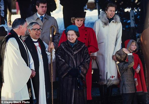 Loạt ảnh hiếm về những khoảnh khắc đón Giáng sinh vui vẻ trong quá khứ của Hoàng gia Anh suốt nhiều thập kỷ khiến dân mạng bồi hồi - Ảnh 8.