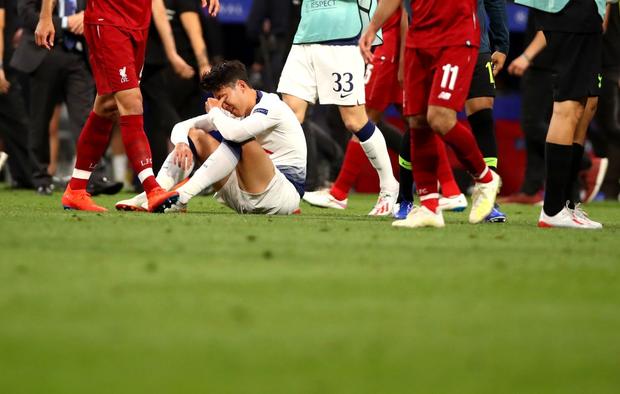 Dân mạng phê phán Son Heung-min dùng nước mắt giả tạo để mua chuộc sự đồng cảm, nhưng anh này là một gã mít ướt chính hiệu: 5 lần cầu thủ hay nhất châu Á khóc ngất trên sân cỏ - Ảnh 4.