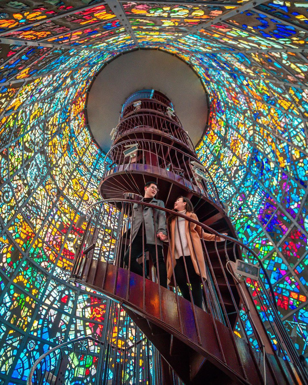 Hội thích sống ảo lại khai phá được hai tọa độ check in cực hot tại Nhật Bản: cầu thang xoắn trong nhà kính ảo diệu và trứng ốp la siêu to khổng lồ - Ảnh 2.