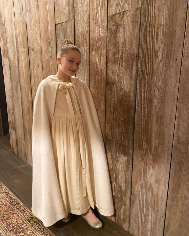 Đẳng cấp công chúa nhỏ nhà Beckham: Váy áo thiết kế riêng đã đành, đến chất liệu cũng phải trau chuốt tỉ mẩn - Ảnh 2.