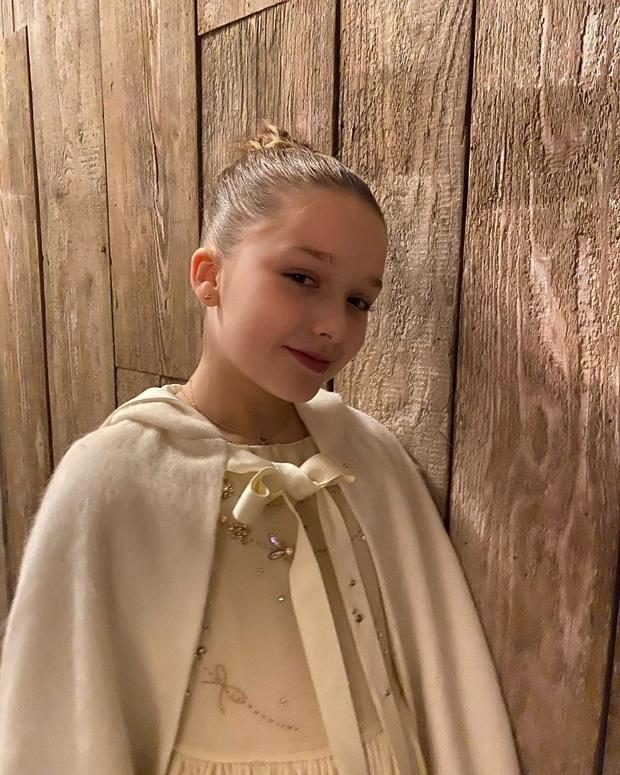 Đẳng cấp công chúa nhỏ nhà Beckham: Váy áo thiết kế riêng đã đành, đến chất liệu cũng phải trau chuốt tỉ mẩn - Ảnh 1.