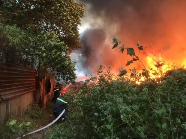 Bình Dương: Bãi rác hàng nghìn m2 trong khu dân cư bùng cháy đỏ rực, nhiều người dân hoảng loạn sợ cháy lan  - Ảnh 4.