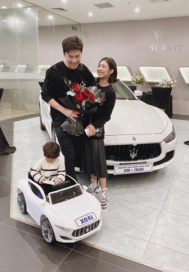 Vợ chồng Trang Lou khoe tậu xe hơi giá 5 tỷ vào kỉ niệm 9 năm bên nhau, cu Xoài cũng có xế hộp riêng không đụng hàng - Ảnh 1.