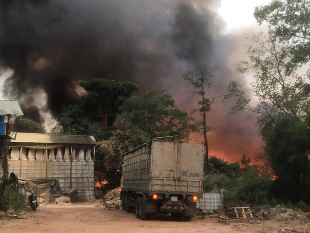 Bình Dương: Bãi rác hàng nghìn m2 trong khu dân cư bùng cháy đỏ rực, nhiều người dân hoảng loạn sợ cháy lan  - Ảnh 5.