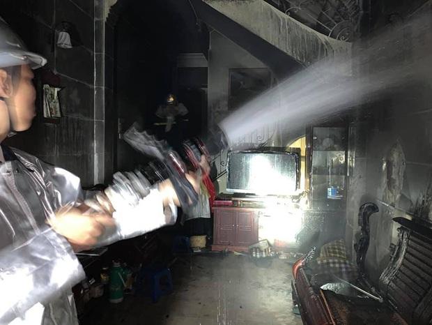 Hà Nội: Công an nối hàng trăm mét ống dẫn nước chữa cháy, cứu 6 người thoát khỏi bà hỏa - Ảnh 2.