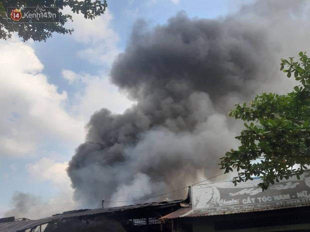 Cần Thơ: Cháy lớn gần chợ nổi Cái Răng, khói đen bốc cao hàng chục mét khiến người dân tháo chạy hoảng loạn - Ảnh 2.