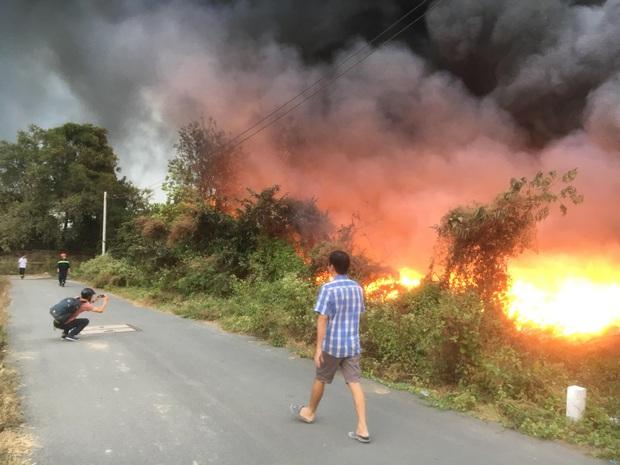 Bình Dương: Bãi rác hàng nghìn m2 trong khu dân cư bùng cháy đỏ rực, nhiều người dân hoảng loạn sợ cháy lan  - Ảnh 3.