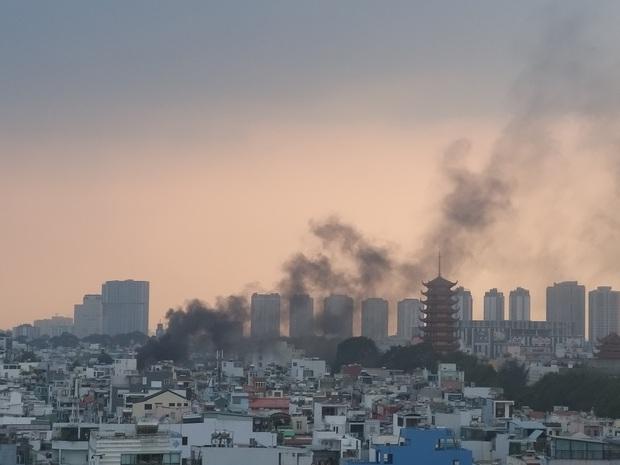 TP. HCM: Cửa hàng điện thoại di động bốc cháy ngùn ngụt, Cảnh sát dùng xe thang leo mái nhà dập lửa  - Ảnh 1.