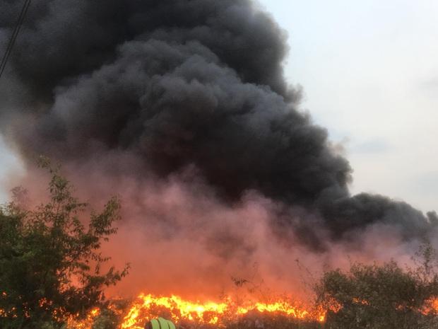 Bình Dương: Bãi rác hàng nghìn m2 trong khu dân cư bùng cháy đỏ rực, nhiều người dân hoảng loạn sợ cháy lan  - Ảnh 1.