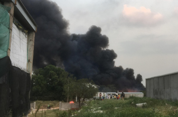 Bình Dương: Bãi rác hàng nghìn m2 trong khu dân cư bùng cháy đỏ rực, nhiều người dân hoảng loạn sợ cháy lan  - Ảnh 6.