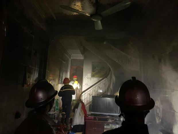 Hà Nội: Công an nối hàng trăm mét ống dẫn nước chữa cháy, cứu 6 người thoát khỏi bà hỏa - Ảnh 3.