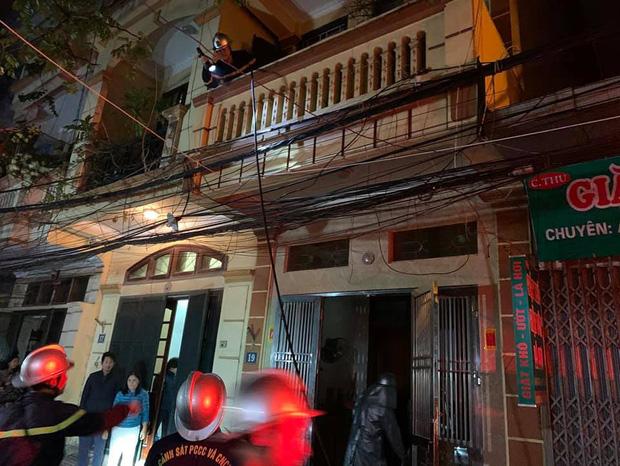 Hà Nội: Công an nối hàng trăm mét ống dẫn nước chữa cháy, cứu 6 người thoát khỏi bà hỏa - Ảnh 1.