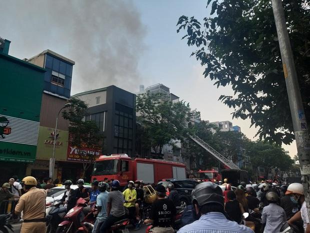 TP. HCM: Cửa hàng điện thoại di động bốc cháy ngùn ngụt, Cảnh sát dùng xe thang leo mái nhà dập lửa  - Ảnh 3.