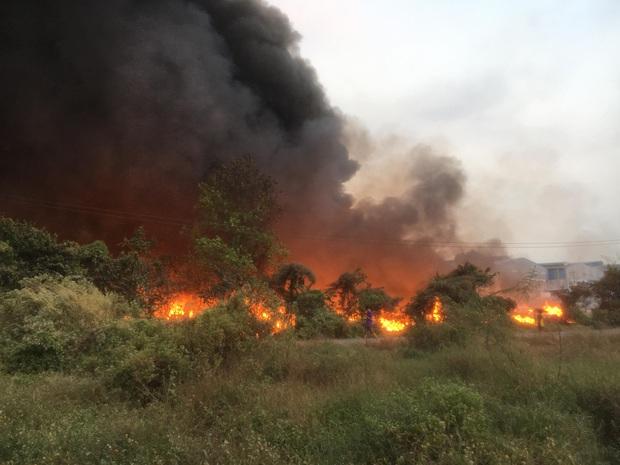 Bình Dương: Bãi rác hàng nghìn m2 trong khu dân cư bùng cháy đỏ rực, nhiều người dân hoảng loạn sợ cháy lan  - Ảnh 2.
