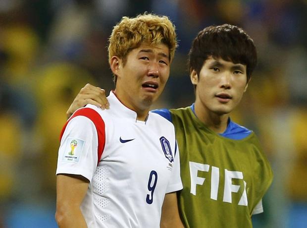 Dân mạng phê phán Son Heung-min dùng nước mắt giả tạo để mua chuộc sự đồng cảm, nhưng anh này là một gã mít ướt chính hiệu: 5 lần cầu thủ hay nhất châu Á khóc ngất trên sân cỏ - Ảnh 8.