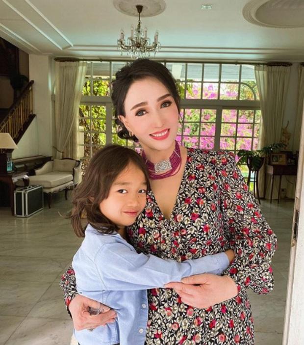Hoa hậu Thái Lan 72 tuổi gây sốc với nhan sắc trẻ đẹp khó tin, so với 5 năm trước còn hack tuổi đỉnh hơn - Ảnh 1.