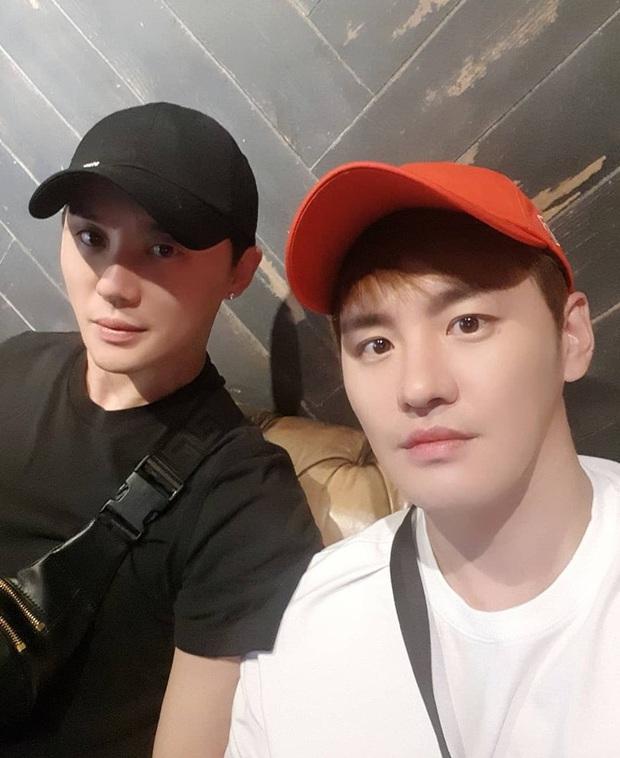 5 cặp sinh đôi nổi tiếng nhất Kbiz: Chị em Hwayoung bị gắn mác rắn độc, Junsu không hot bằng anh em nhóm Boyfriend - Ảnh 15.