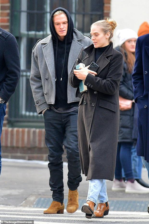 Cody Simpson sánh đôi cùng gái lạ, Miley Cyrus liền có động thái gây chú ý làm rộ tin đồn cả hai đã chính thức đường ai nấy đi? - Ảnh 1.