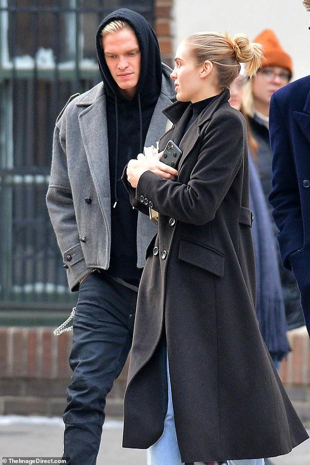 Cody Simpson sánh đôi cùng gái lạ, Miley Cyrus liền có động thái gây chú ý làm rộ tin đồn cả hai đã chính thức đường ai nấy đi? - Ảnh 2.