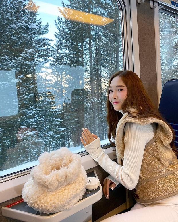Mùa đông sang chảnh của công chúa băng giá Jessica ở trời Tây: Sáng check in view khủng, chiều trượt tuyết nhìn mà mê - Ảnh 1.