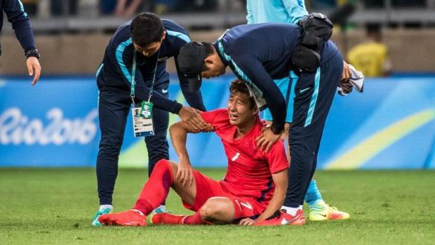 Dân mạng phê phán Son Heung-min dùng nước mắt giả tạo để mua chuộc sự đồng cảm, nhưng anh này là một gã mít ướt chính hiệu: 5 lần cầu thủ hay nhất châu Á khóc ngất trên sân cỏ - Ảnh 7.