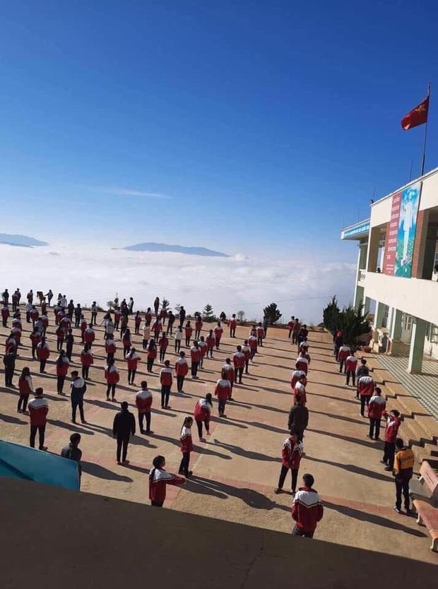 """Dân tình ngỡ ngàng trước vẻ đẹp của ngôi trường trên mây"""" ở Hà Giang, ai cũng muốn đến tận nơi để check-in vì view quá đỉnh - Ảnh 3."""