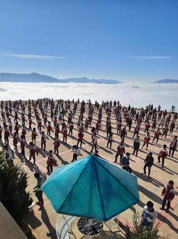 """Dân tình ngỡ ngàng trước vẻ đẹp của ngôi trường trên mây"""" ở Hà Giang, ai cũng muốn đến tận nơi để check-in vì view quá đỉnh - Ảnh 2."""