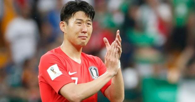Dân mạng phê phán Son Heung-min dùng nước mắt giả tạo để mua chuộc sự đồng cảm, nhưng anh này là một gã mít ướt chính hiệu: 5 lần cầu thủ hay nhất châu Á khóc ngất trên sân cỏ - Ảnh 6.